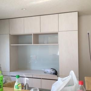 矢口様邸キッチンの食器棚製作です。お客様の要 望でオープンの所だけアクセントで色分け、扉は取っ手な しで押すと開きます、耐震機能も備わっています。 ありがとうございました。